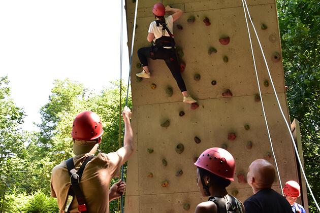 Fünf Personen an der Kletterwand