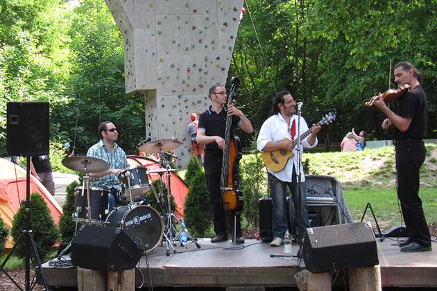 Eine Live-Band trifft im Kletterpark auf