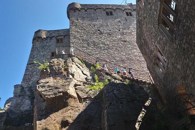 Besucher auf einer Burgtreppe