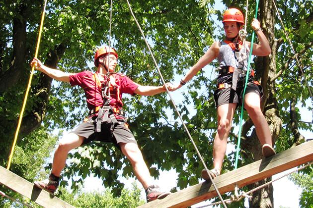 Zwei Personen am Klettern
