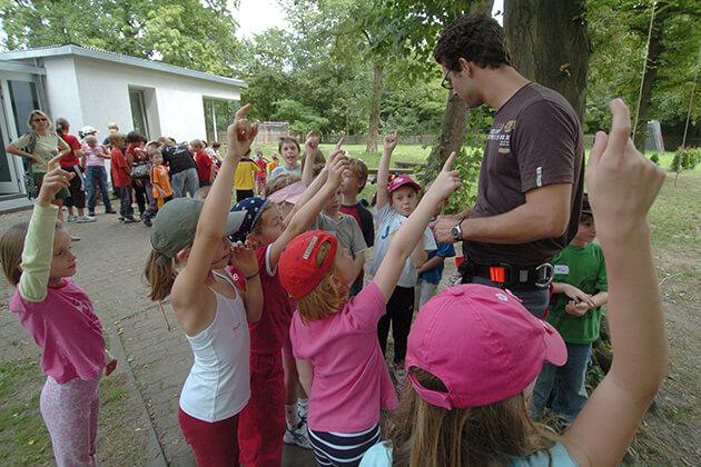 Verantwortliche Person sucht freiwillige aus einer Kindergruppe
